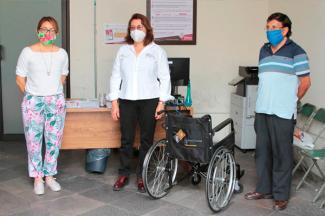 Continúa SEDIF con entrega de sillas de ruedas en la capital del estado