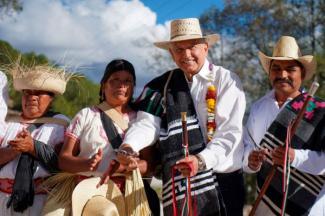 AMLO inaugura primer camino de concreto y mano de obra local en Oaxaca