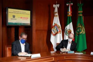 Anuncia Banco Santander más de 600 becas y donativo para infraestructura para la UAEM